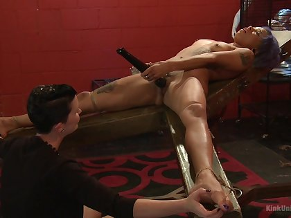 Mistress shows younger consequent girl proper oral over-stimulation