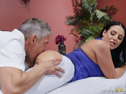 MILF goes full erotic with rub-down the masseur's generous penis