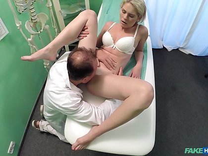 Amateur girl rides an obstacle doctor's Hawkshaw devoid of knowing she is uncultured filmed